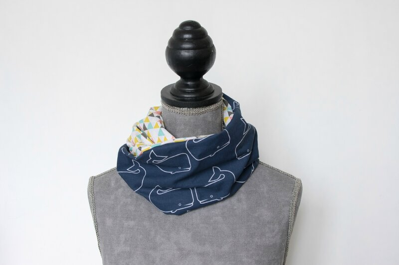 snood foulard printemps été baleine bleue et triangles multicolores
