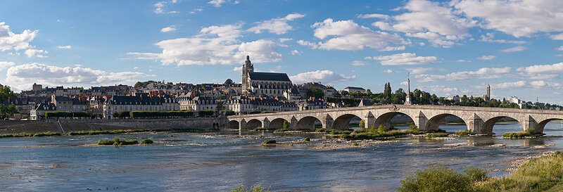 1200px-Blois_Loire_Panorama_-_July_2011