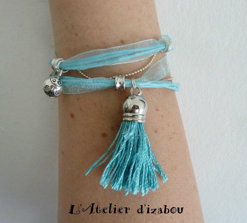 P1190784 Bracelet été organza bleu ciel, coton ciré et breloque coccinelle et pompon de fil bleu ciel, parsemé de perles, fermoir mousqueton et chaîne d'aisance