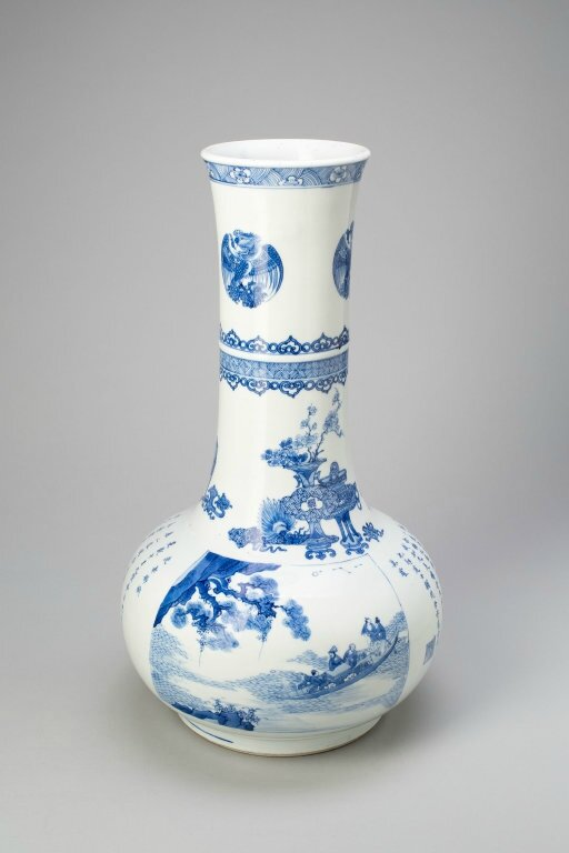 Bottle-Shaped Vase with Archaic Vessels, Inscriptions and Scene from the « Red Cliff » and Phoenix Roundels, Qing dynasty (1644-1911)