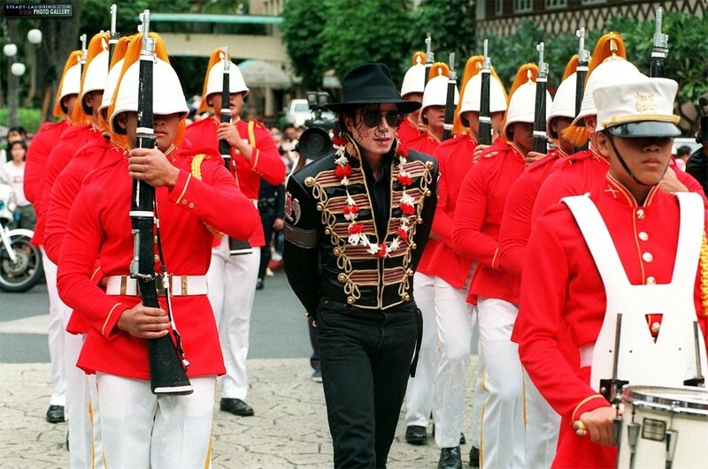 michael-makes-a-stop-in-honolulu-hawaii-during-his-history-world-tour(103)-m-11