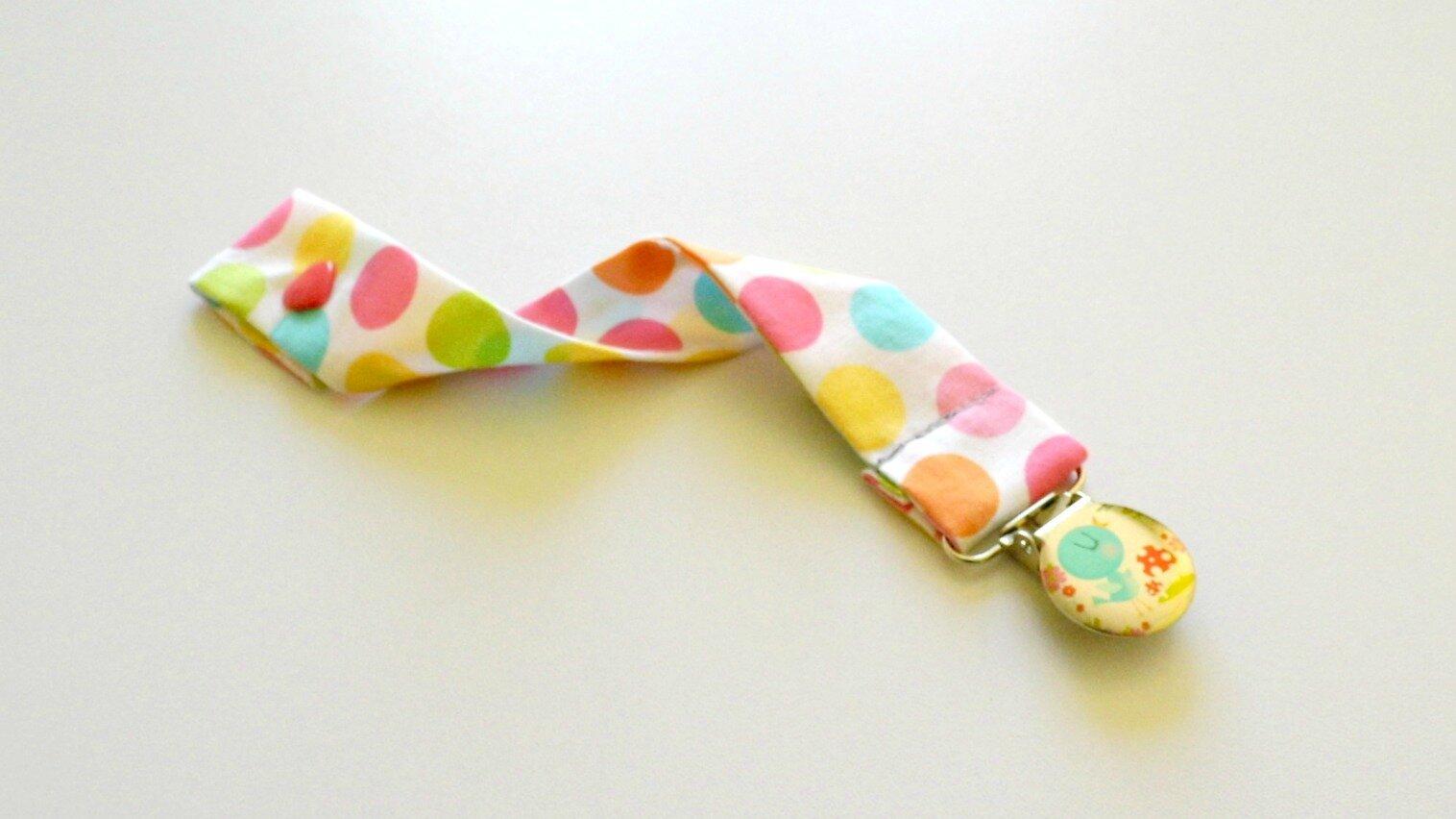 Attache tétine blanche à pois pastels