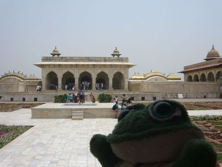 Photo de brOOky devant l'un des palais du Fort Rouge d'Agra en Inde