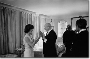 jackie_kennedy_et_cecil_beaton_1962_mars_london_1