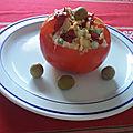 Tomates farcies en panier à la salade russe et olives vertes