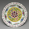 Plate with floral décor. painted enamel on yongle white ware, qing dynasty, kangxi reign, 1662-1722