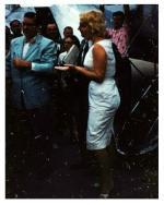 1955-marilyn-arrive-c3a0-lac3a9roport-du-contc3a9-de-champaignc