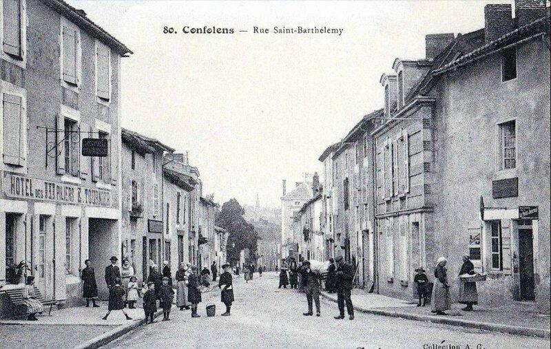 1917-11-20 --confolens-rue-saint-bathelemy-tres-animee-hotel-des-piliers
