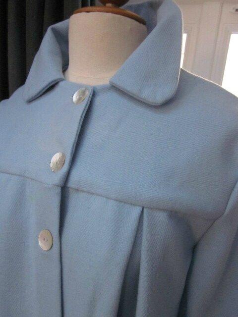 Manteau AGLAE en lainage à chevrons ciel fermé par 3 boutons de nacre (4)