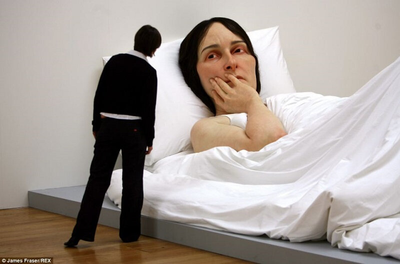 Ron MUeck femme couchee