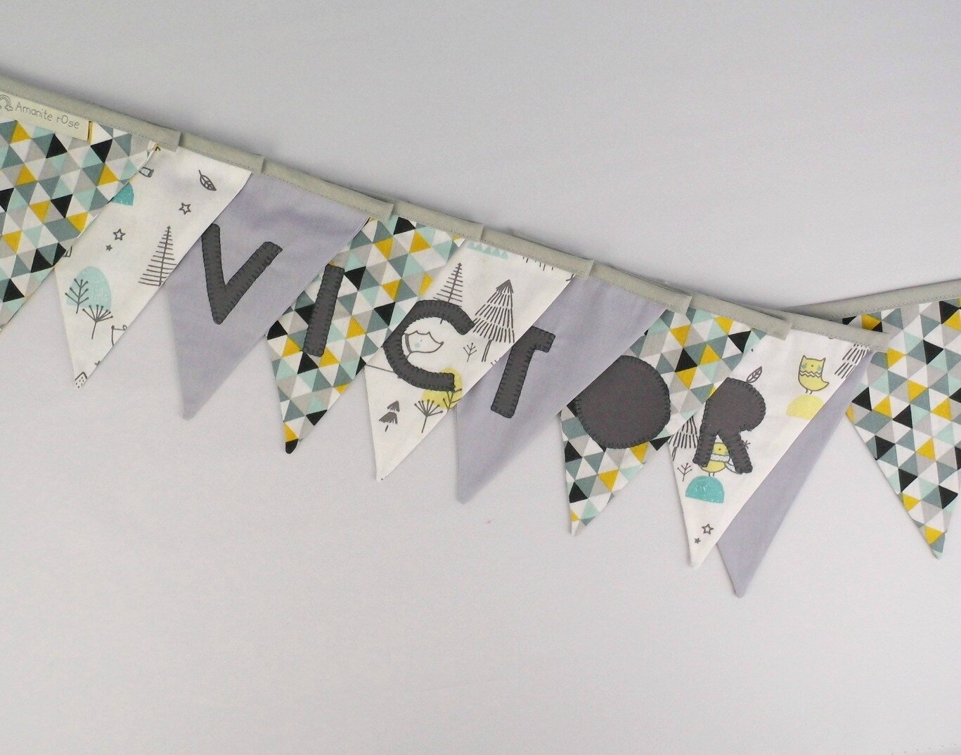 Guirlande fanions prénom Victor banderole personnalisé prénom couleurs vert menthe moutarde jaune gris clair deco chambre bébé cadeau personnalisable baptême naissance