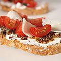 Tartine aux tomates cerises, olives & parmesan
