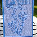 Une carte bleue et blanche