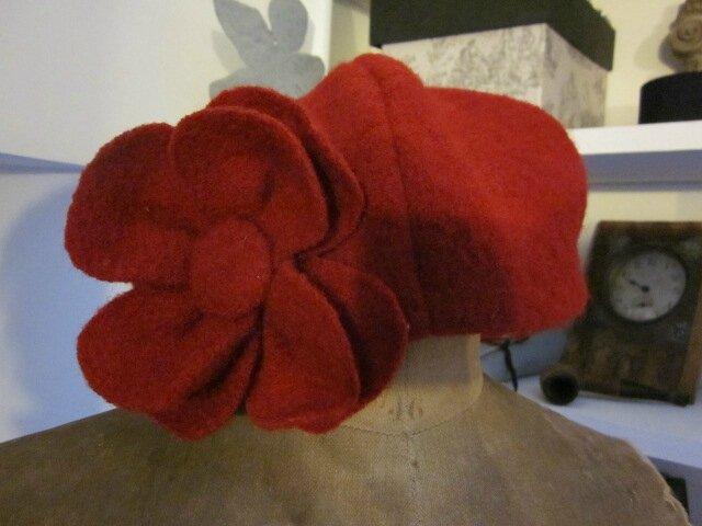 Chapeau AGATHE en laine bouillie rouge avec fleur - doublure de coton rouge à pois blancs (4)