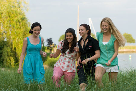 the_sisterhood_of_the_traveling_pants_2_movie_image_alexis_bledel__blake_lively__america_ferrera_and_amber_tamblyn