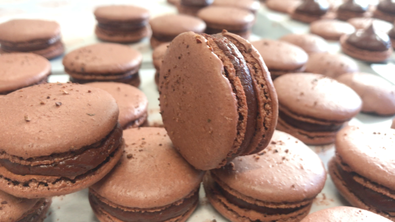 macarons chocolat noir madagascar et gruau de cacao salon de provence fabricant de macarons pâtisserie mat'carons