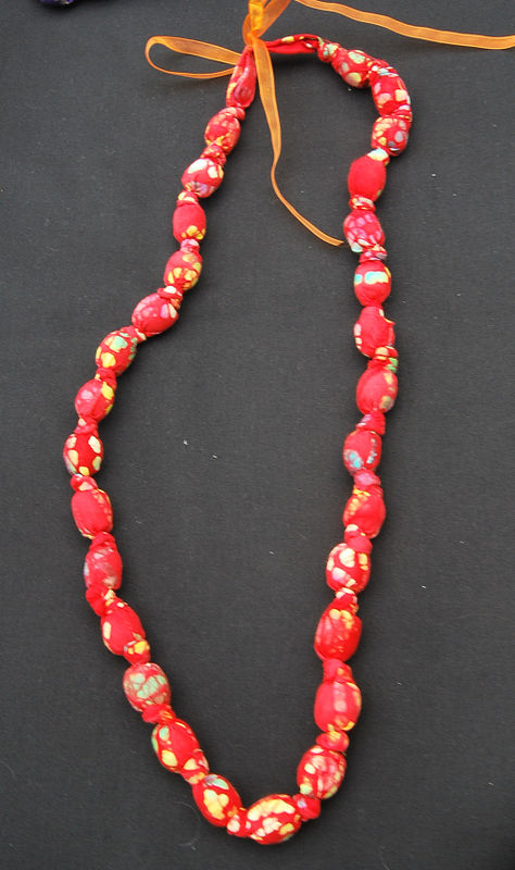 collier tissus rouge, long