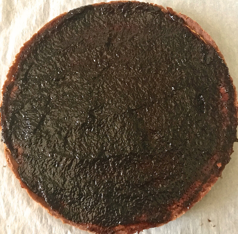 confiture de mûres pour la tarte étalée sur la crème d'amandes