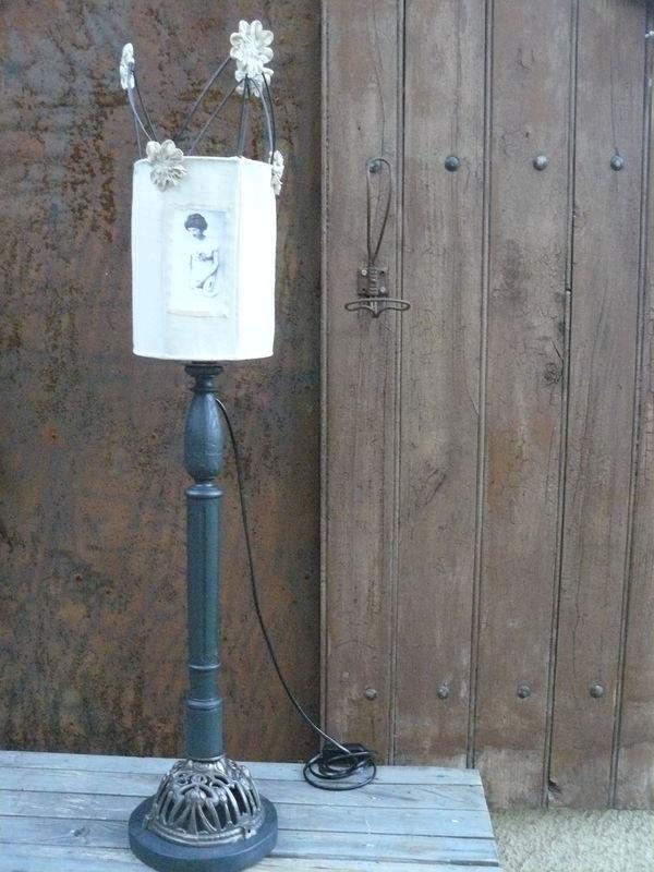 Lampe pied bois abat-jour tissu unique - 110€