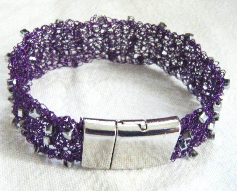 Bracelet en fil métal violet