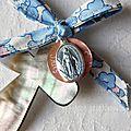Croix de l'Immaculée rose avec médaille rose clair (sur ruban Betsy bleu clair et rose)