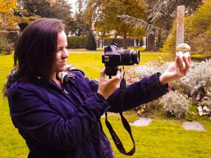 La photographe aime prendre des clichés avec une boule en verre. (©La Marne)