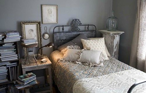 inspiration,bed,books,furniture,interior,design,bedroom-1b48688ad2e6f775615b706fe142718c_h