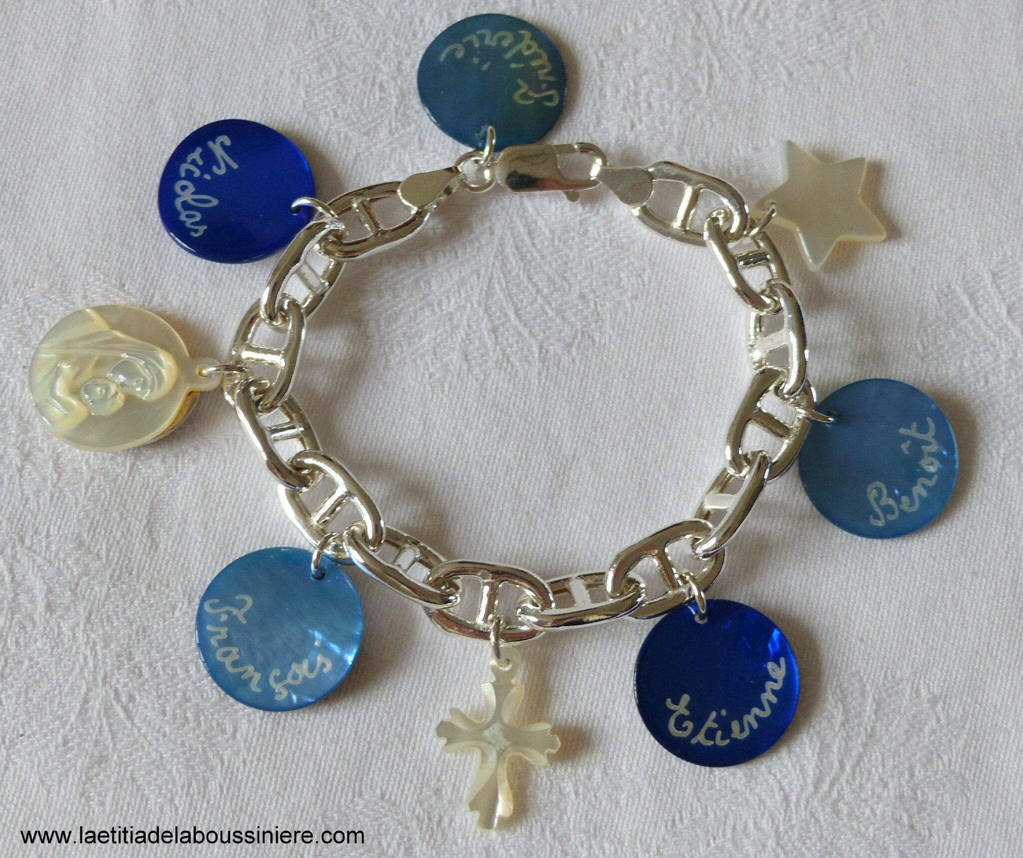 Bracelet sur chaîne en argent massif maille marine composé de 5 médailles en nacre gravées et de pendentifs en nacre (une médaille de Vierge à l'Enfant, une Croix en nacre de Jérusalem et une étoile)