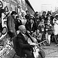 Rostropovitch devant le mur de Berlin