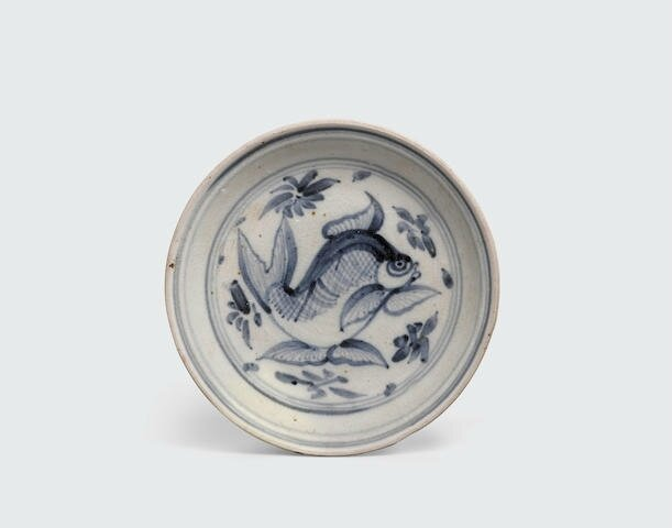 A blue and white dish with fish design, Lê dynasty, 15th-16th century