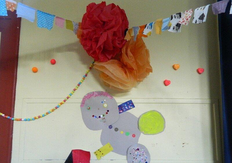 fête centre de loisirs,pompon en papier de soi,guirlande en tissu,activite enfant,vacances avec les enfants 9