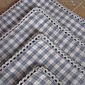 Set de 4 serviettes de table 40 X 40 en vichy gris et écru, bordées de dentelle de coton gris (4)