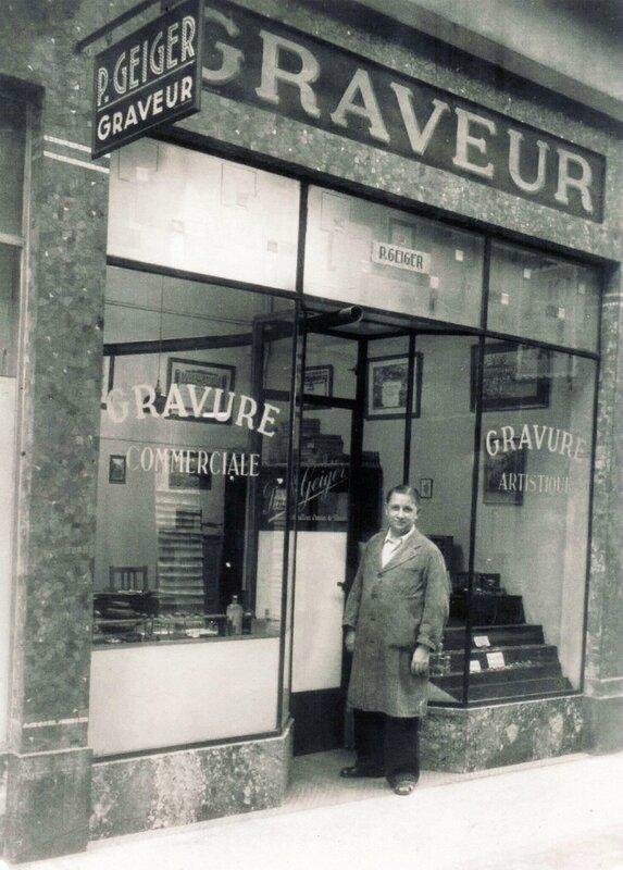 (Photo 157) Le graveur Pierre Geiger devant son magasin du Passage Bleu