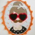 Cadre en tissu et crochet d'une fille à frange et à moustache