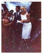 1955-marilyn-arrive-c3a0-lac3a9roport-du-contc3a9-de-champaigna