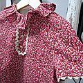 Robe trapèze à poches plaquées, col froufroutant et manches courtes fermée par 3 petits boutons recouverts dans la nuque - haut doublé ANTOINETTE (21)