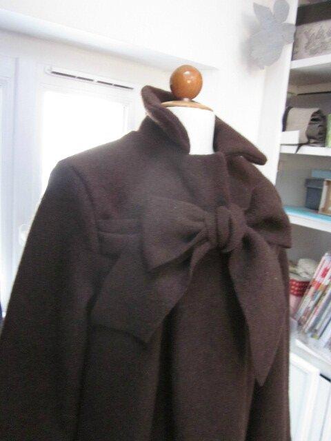 Manteau AGLAE en laine bouillie chocolat fermé par un noeud (3)