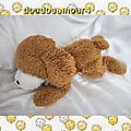 Doudou peluche chien allongé marron et blanc vintage boulgom