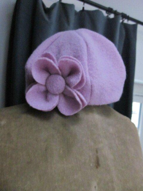 Chapeau AGATHE en laine bouillie roseparme et sa fleur assortie (1)