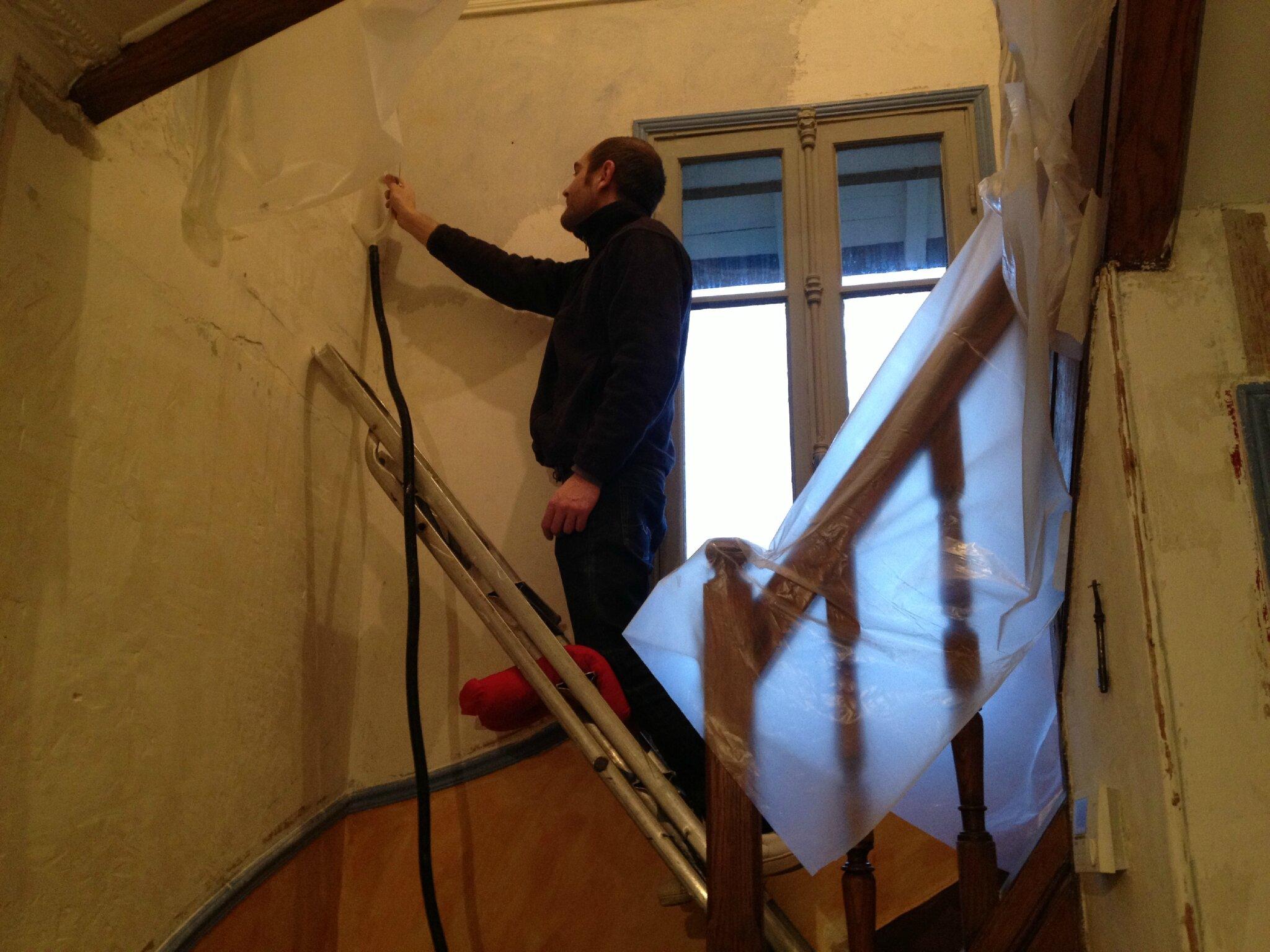 Décollage de l'enduit ciré dans l'escalier