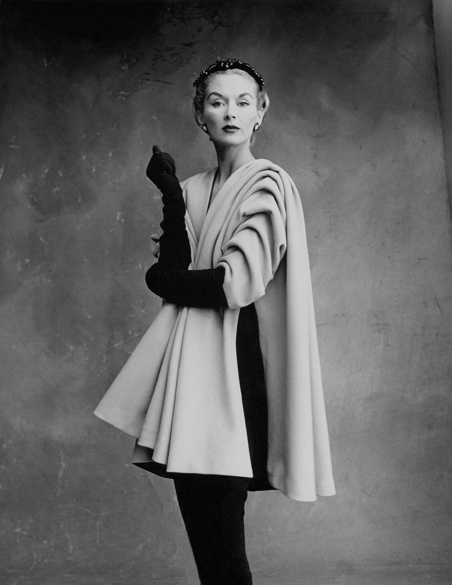 Lisa_Fonssagrives-Penn_wearing_coat_by_Crist├│bal_Balenciaga_Paris_1950
