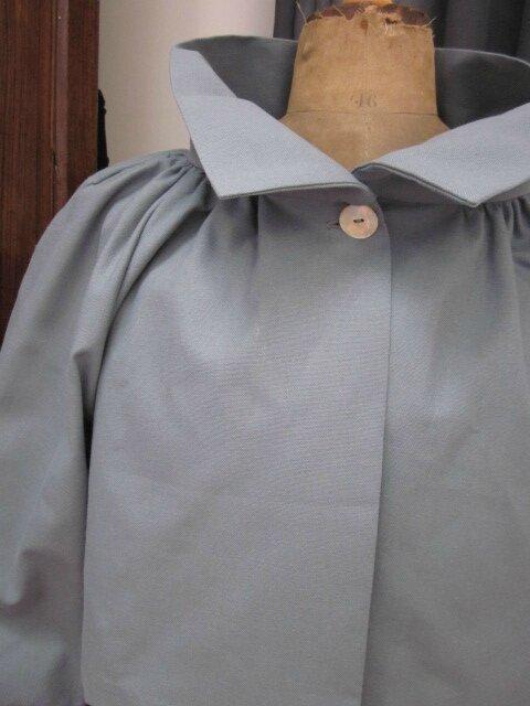 Veste BLANCHE en toile de coton grise fermée par un bouton de nacre (4)