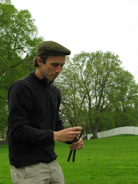 Nicolas fabrique une croix de bucheron
