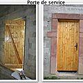 La porte de service posée et une couche de teinture