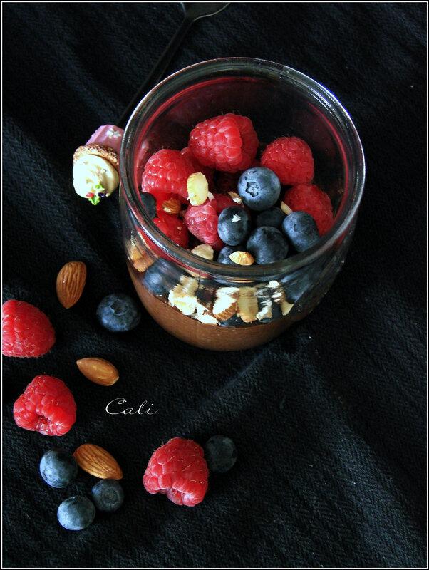Pudding de Chia au Cacao, Framboises, Myrtilles & Amandes 002