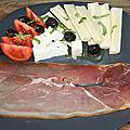 Assiette de jambon fumé, cœur de palmier, tomate, olives noires, feta, basilic