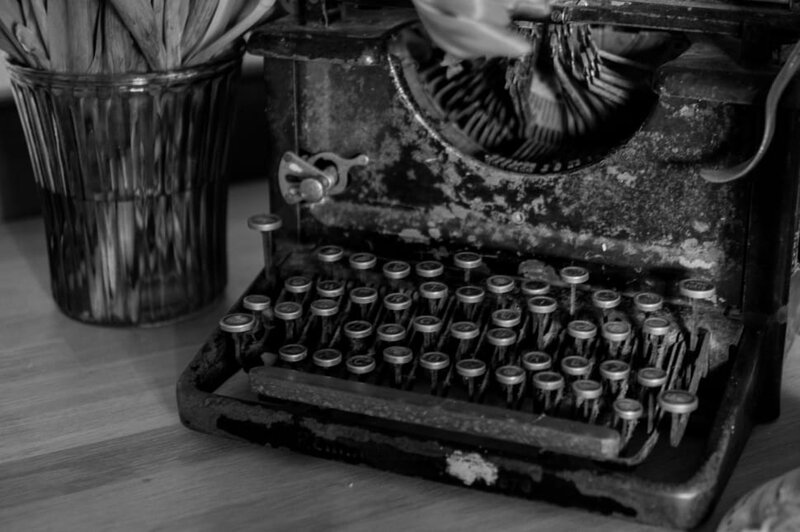 typewriter-vintage-oldschool-black-and-white-wallpaper-preview