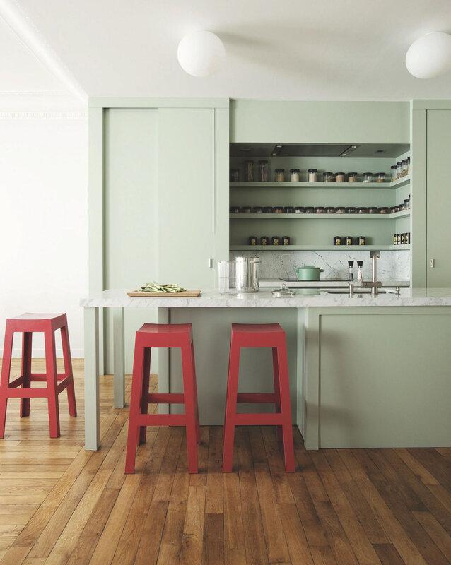 cuisine-avec-ilot-central-tabourets-rouges_5414937