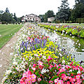 Cambo-les-Bains, villa Arnaga, fleurs, canal et villa (64)