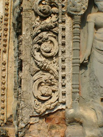 temple preah ko_frise au bord de devata_01